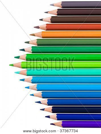 muchos lápices de colores en fila sobre fondo blanco