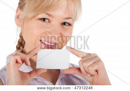 Uma mulher tem nas mãos um cartão de plástico para compras. Sobre um fundo branco