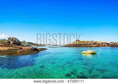 Tregastel, barco no porto de pesca. Costa de granito rosa, Brittany, França.