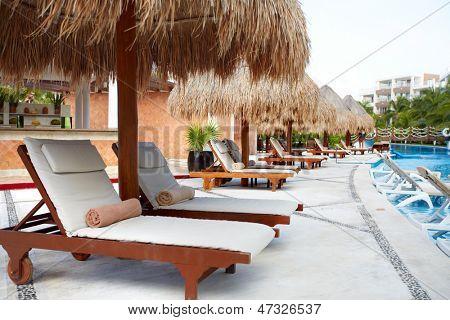 Chaise-longue perto da piscina do resort de luxo do Caribe.