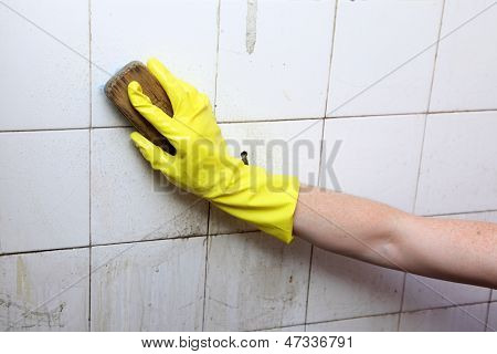 Cleaning of dirty old tiles in a bathroom
