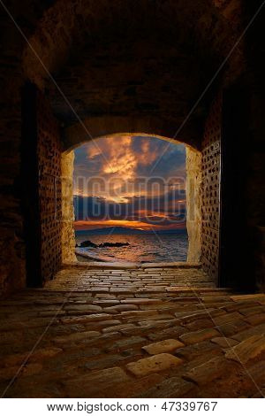 Puesta del sol a través del viejo castillo