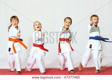 Niños de karate profesionalmente buen deporte