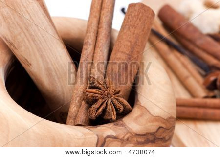 Cinnamon Sticks,Cardamom,Vanilla Bean And Star Anise