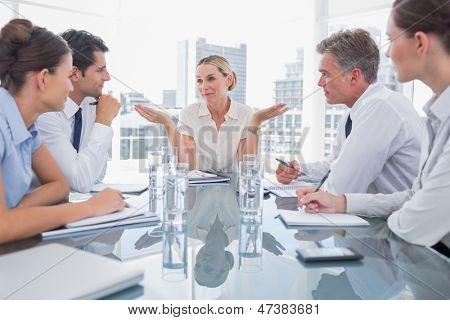 Geschäftsfrau Gestikulieren wie sie etwas, während eines Treffens ignoriert