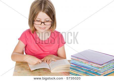 Schuss ein nettes Mädchen ihre Bücher lesen