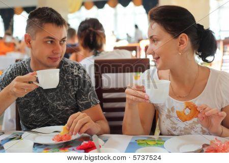 Joven pareja en café