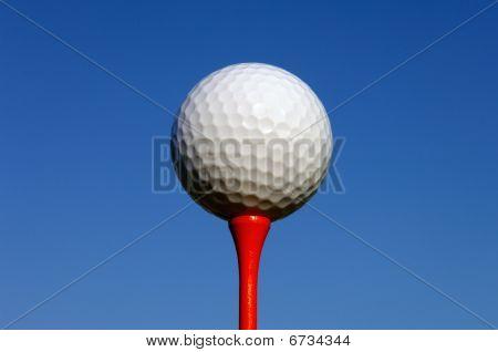 Branco Golf bola no Tee vermelho