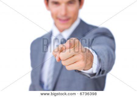 Nahaufnahme eines Kaufmanns auf die Kamera zu zeigen