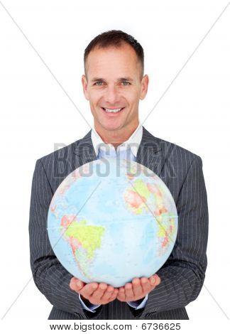 Empresário de assertivo segurando um globo de Terreatrial