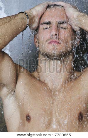 gut aussehende Mann unter Mann Dusche