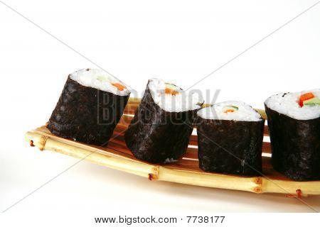 Sushi en barco de bambú