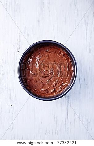 Chocolate pastry in a cake tin (seen from above)