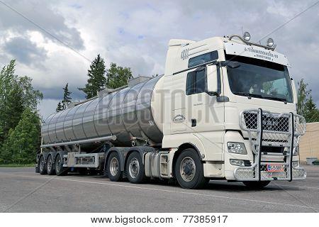 White Man TGX 26.540 Tank Truck With Bull Bar