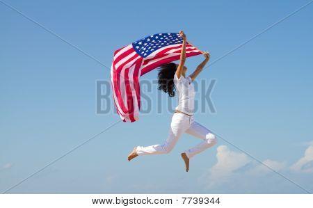 mujer activa, sosteniendo la bandera de Estados Unidos