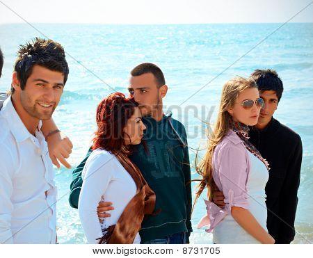 Amigos turcos contra mar azul