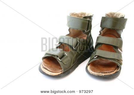Usado para crianças sandálias ortopédicas em fundo branco