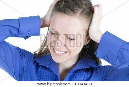 Mujer con dolor de cabeza con sus manos a la cabeza
