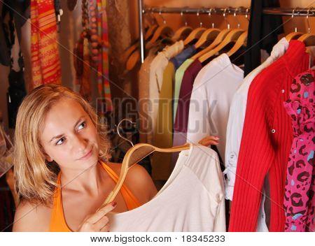 Frauen wählt Kleidung