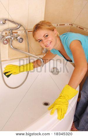 Mujer lava un baño