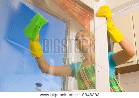 Mulheres limpeza uma janela 4