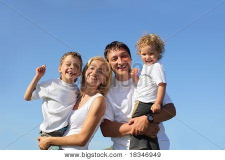 Família feliz com dois filhos. Muitas famílias felizes procurar em meu portfólio