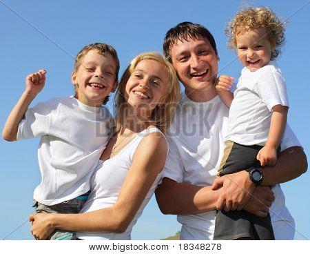 Família feliz com dois filhos