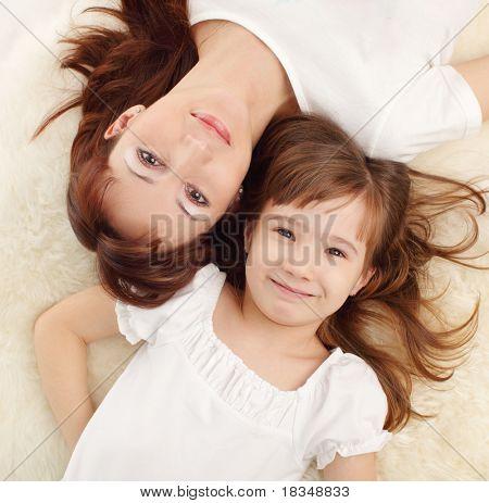Madre con hija aislada en blanco
