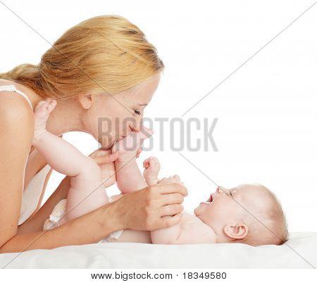 Madre con bebé aislado en blanco