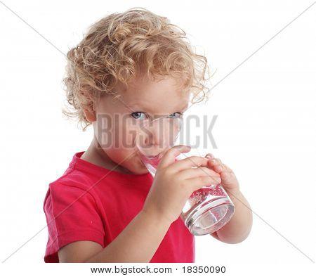 Niña con un vaso de agua