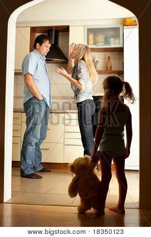 Kind schaut bei den swearing Eltern