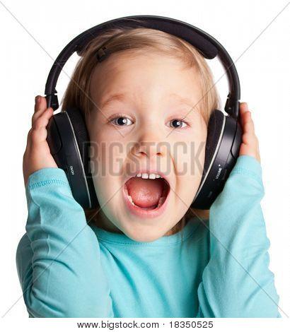 Niño cantando en auriculares aislados en blanco