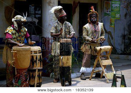 Afrikanische Trommler Durchführen einer afrikanischen Volkslied