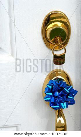 Sperre und Tür zu behandeln, neues Zuhause mit einem blauen Bogen