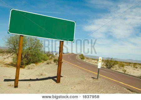 Señal de tráfico en blanco en la carretera del desierto