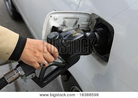 Person pumpenden gas