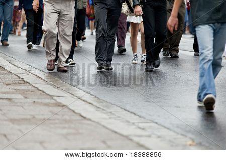 Multidão andando - grupo de pessoas caminhando juntos (motion blur)