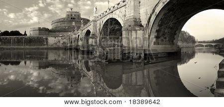 Panorama del famoso castillo de San Angel y puente sobre el río Tíber en Roma, Italia (tonificada de sepia).