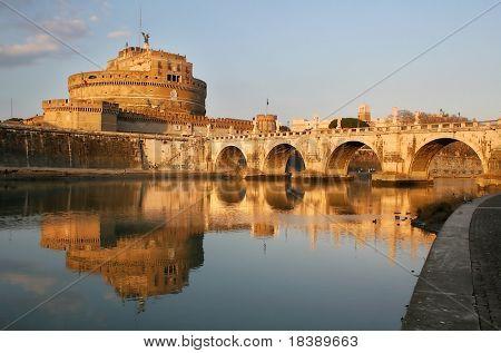 Ver el famoso castillo de San Angel y puente sobre el río Tíber en Roma, Italia.