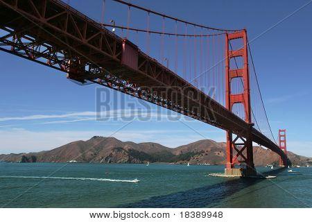 Ver os de baixo famosa Ponte Golden Gate em San Francisco, EUA.