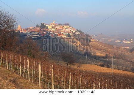 Vista rural en la pequeña ciudad y viñedos en las colinas del Piamonte, norte de Italia.