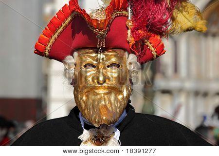 Venecia, Italia - 04 de marzo: Participante no identificado lleva traje y máscara tradicional durante el famoso