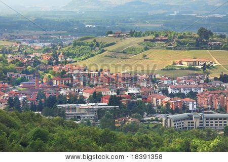Vista aérea de la ciudad de Alba entre colinas en Piamonte, norte de Italia.
