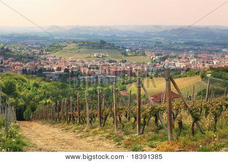 Vista aérea de la ciudad de Alba de los vecinos de colinas en Piamonte, norte de Italia.