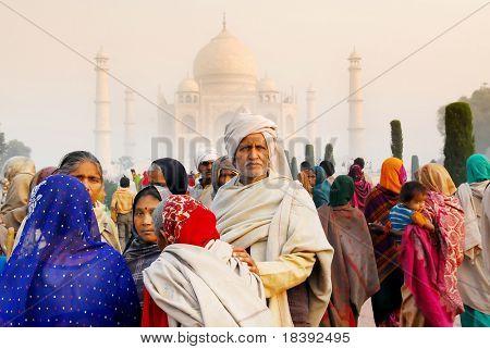 locais visitantes indianos coloridos no worldwonder taj mahal em Agra Índia ao nascer do sol