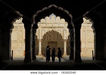 Silhouetten von Menschen unter den Arkaden im roten Fort in Delhi, Indien