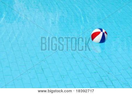 bola en agua en la piscina azul
