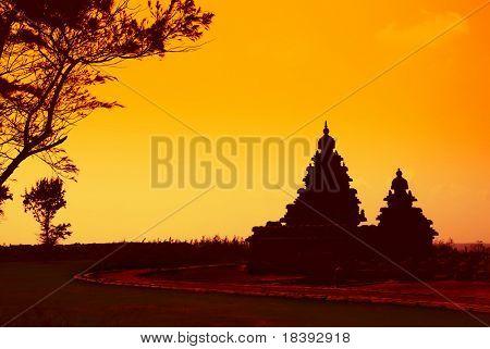 templos hindúes en la costa de mahabalipuram, india, en el atardecer o amanecer