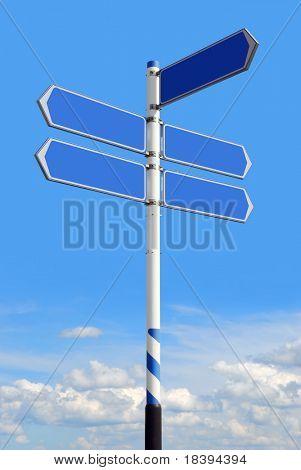 Conceptual roadsign azul con las flechas de dirección vacía para soluciones de negocio o ubicaciones, en sk azul