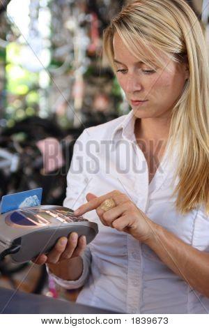Mulher usando a máquina de débito